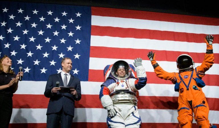 NASA presenta trajes espaciales para misión lunar Artemis