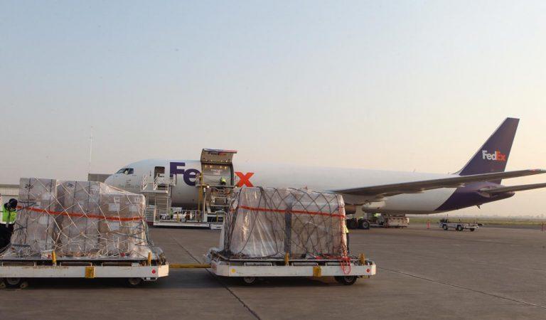 Arriba a México cuarto vuelo con 50 ventiladores procedentes de Estados Unidos