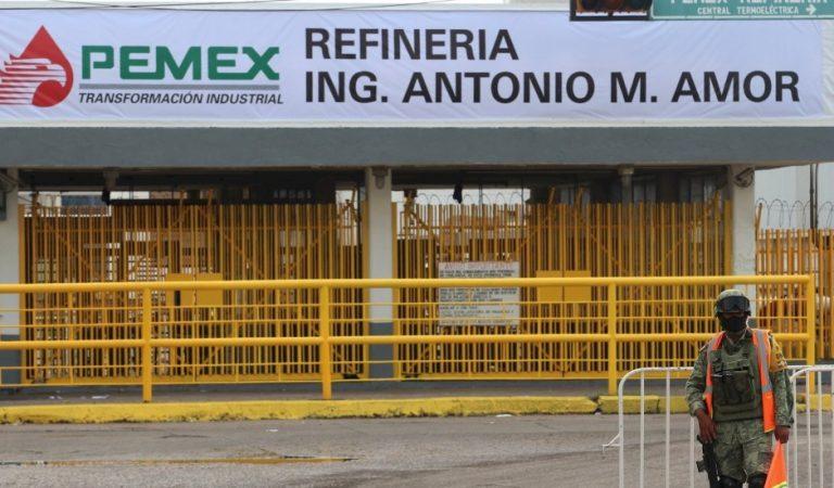 AMLO denuncia robo de combustible en refinería de Salamanca