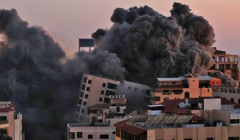 Bombardeo israelí destruye edificio en Gaza; Hamás responde con 130 cohetes