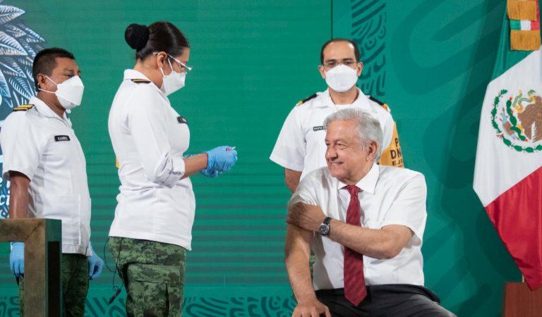 AMLO recibe segunda dosis de vacuna COVID-19 de AstraZeneca en la mañanera