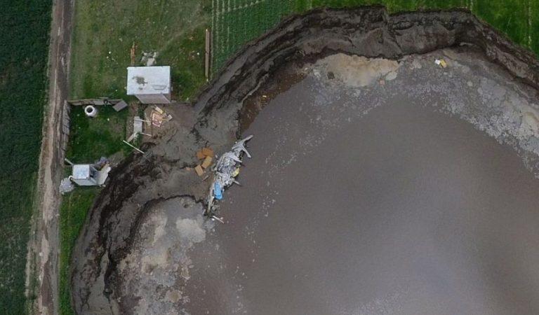Socavón termina por colapsar casa en la comunidad de Zacatepec, Puebla