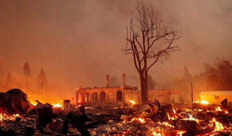 Incendio arrasa población de Greenville, en el norte de California
