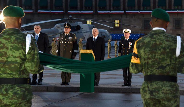 Presidente iza bandera en honor a las víctimas de los sismos de 1985 y 2017